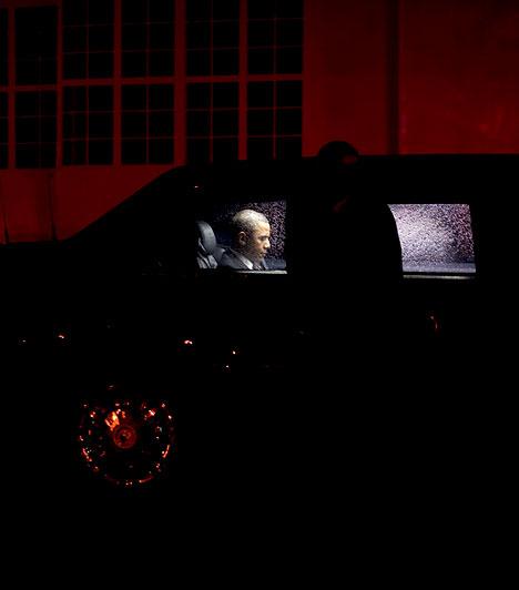 A New York-i reptéren  Az elnök mindig utoljára foglalja el helyét a repülőgépen, addig pedig a kocsiban várakozik.