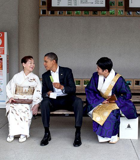 Japánban  Obama Japánban egy teázó előtt beszélgetett. A Nagy Buddha szobrot nézte meg, amit legutóbb gyerekkorában látott - gyerekként ugyanezen a padon ült.