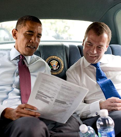 Medvegyev és Obama 2010Obama és Dmitrij Medvegyev a menüt nézte útban a Ray's Hell Burgerbe, ahol ebédeltek.