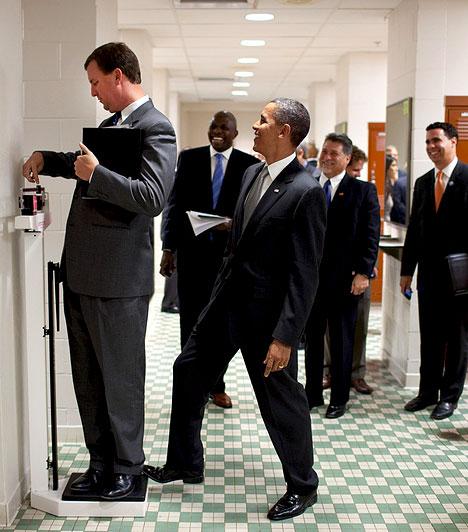 Obama viccel  A Texasi Egyetemen Marvin Nicholson megmérte a súlyát, közben Obama is rálépett a mérlegre, hogy megviccelje munkatársát.