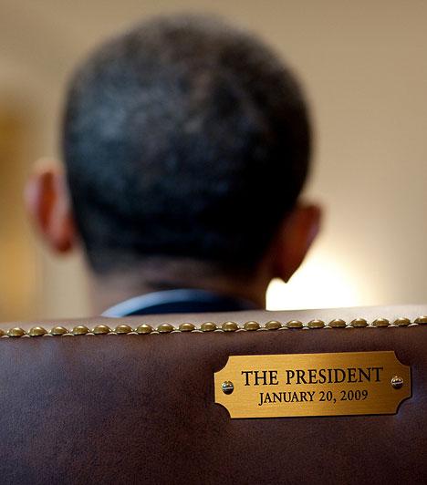 A beiktatás napja  Az elnöki szék képe. A széken látható plakett a beiktatás dátumát jeleníti meg.