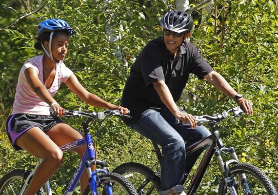 Az amerikai elnök, Barack Obama lányával kerékpározik még 2011 augusztusában.