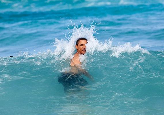 Obama 2013-ban a hawaii Kaneoke Bay-en élvezi a habokat.