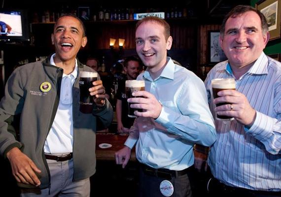 Obama március 17-én sört iszik az írek nemzeti ünnepén, Szent Patrik napján.