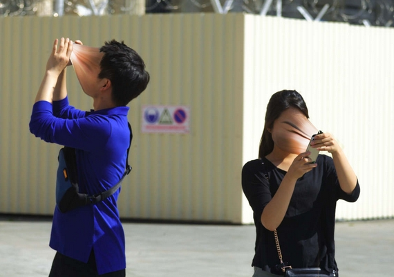 Együtt elmennek valahová, elkészítik a tökéletes fotót, szűrőket tesznek rá, miközben egymáshoz egy szót sem szólnak.