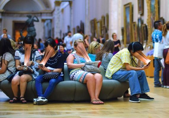 Még egy múzeumban is mindenki a telefonját nyomkodja lehajtott fejjel, pedig minden négyzetcentiméteren akad valami látnivaló.