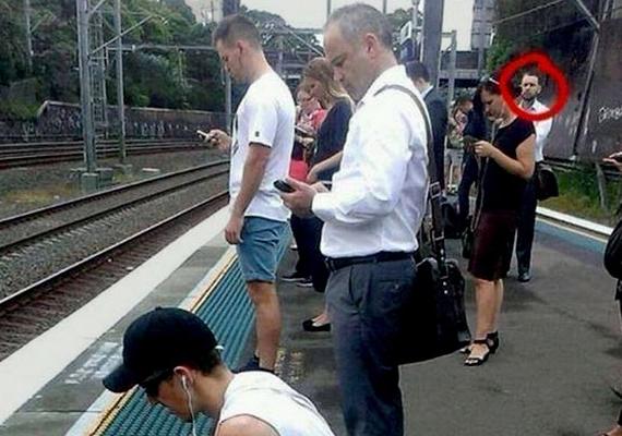 Az okostelefon-függőség komolyságát remekül érzékelteti ez a fotó, amely tömött állomást ábrázol, és a várakozók között mindössze egyetlen férfi az, akinek nincs a kezében a mobil.