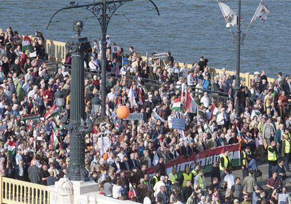 A Békemenet résztvevői a Margit hídon.