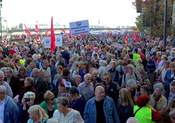 A demokratikus ellenzék közös, A szabadság összeköt 1956/2013 címmel megrendezett megemlékezése a Műegyetem előtt.