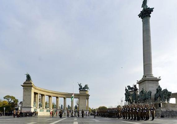 Katonai tiszteletadás mellett, a Himnusz hangjaira vonták fel a nemzeti lobogót a Hősök terén.