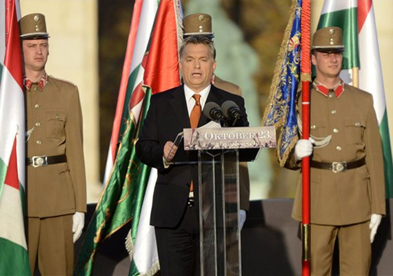 - Ma ismét közénk lövetnének azok, akik 2006-ban puskákkal vadásztak ránk a pesti utcán - mondta beszédében Orbán Viktor.