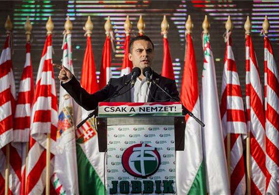 - Szégyelljétek magatokat, és húzzatok el! - üzente Vona Gábor, a Jobbik elnöke az MSZP-nek és a Fidesznek pártja Deák téri demonstrációján.