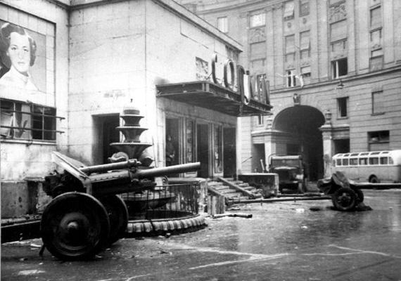 Az egyetemisták délután háromkor kezdenek tüntetni, a szovjet csapatok kivonását követelik, majd kivágják a zászlókból a szovjet címert. A nagyjából kétszázezer tüntető a Parlamenthez vonul.A tüntetők egy része a Dózsa György útra vonul, ahol ledöntik Sztálin szobrát. Addig egy másik csoport a Magyar Rádióhoz megy, a 16 pont beolvasását követelve.