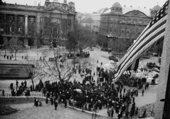 Október 25-én a szovjet és magyar csapatok visszafoglalják a rádió épületét. A Parlament előtti tüntetésen a Földművelésügyi Minisztérium és más épületek tetejéről tüzet nyitnak a tüntetőkre. A halottak száma több mint kétszáz.