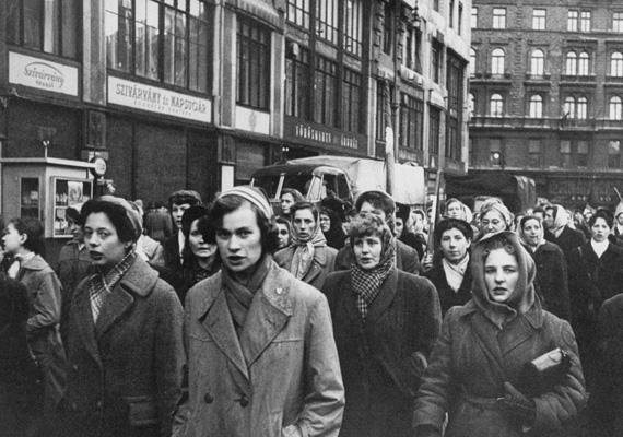 Október 26-ra már az egész országra kiterjednek a harcok és a tüntetések, általános sztrájk alakul ki. A rádió délután bejelenti a folytatandó magyar-szovjet tárgyalásokat, aminek feltétele a fegyveres harc beszüntetése. Végül Nagy Imrét miniszterelnöknek, Kádár Jánost a párt első titkárának nevezik ki.