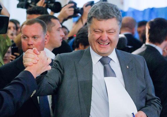 Az elnök, Petro Porosenko - a képen - pártja diadalmaskodott az ukrán választáson, míg a korábbi kormányfő, Julija Timosenko pártja éppen csak bejutott a Radába. A háborús helyzet miatt két keleti megyében, Luganszkban és Donyeckben nem tartották meg a központi szavazást, így az ottani és a krími - a félszigetet még tavasszal annektálta Oroszország - képviselői helyek betöltetlenek maradtak. Az oroszbarát pártok közül egynek sem sikerült átlépnie az 5%-os bejutási küszöböt. Annak ellenére, hogy a háborús helyzet miatt fokozottan fontos volt, milyen lesz az új törvényhozás, és ki adhat kormányt, a választók csak alig több mint fele ment el voksolni.