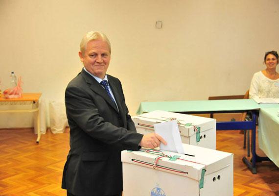 A 43%-ot sem érte el a részvétel az önkormányzati választáson, ahol különösebb meglepetés nem is történt. Az ellenzék példátlan botladozása, Falus Ferenc Bokros Lajosra cserélése az utolsó pillanatban végül tényleg rossz ötletnek bizonyult, Tarlós Istvánt közel 50%-kal választották újra. A 23 budapesti kerületből csak hatot nem a kormánypártok hódítottak el. Az összes megyei közgyűlésben a Fidesz került többségbe, a megyei jogú városok közül pedig csak három került ellenzéki polgármesteri irányítás alá. A Jobbik az eddigi három helyett ezentúl 13 települést irányíthat polgármesterei révén.