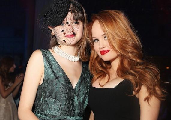Joey King színésznő az alkalomhoz öltözött - a fotón Debby Ryannel, a Disney egyik sztárjával látható.
