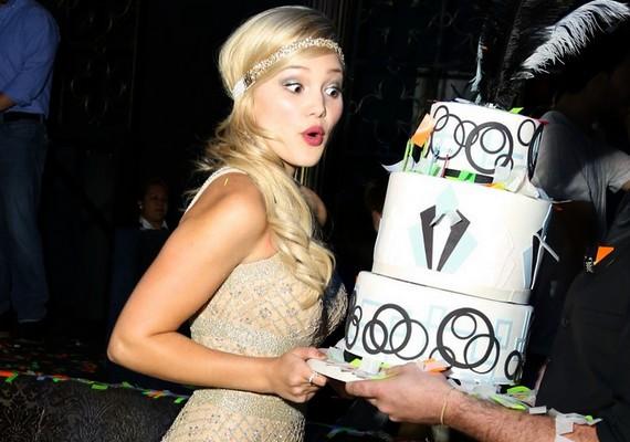 A parti a régi Hollywood hangulatának jegyében telt: még a torta is passzolt a témához.