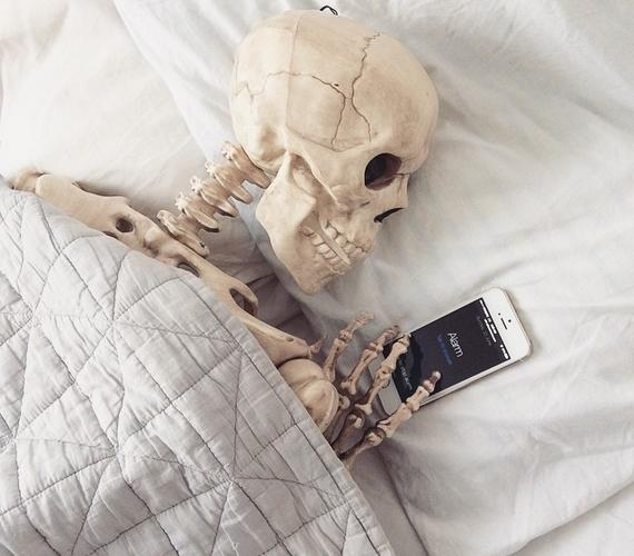 A csontvázak is használják a szundi gombot a telefonon.