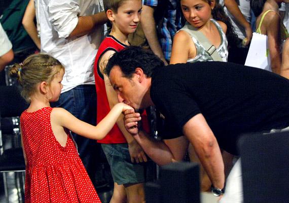 A rendező, Béres Attila kezet csókol a darabban szereplő ifjú hölgynek.