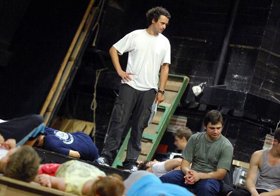 A gyerekcsapat vezérét, Hosszút, Szőcs Artur - a Vígszínház színészként és rendezőként is ismert művésze - alakítja.