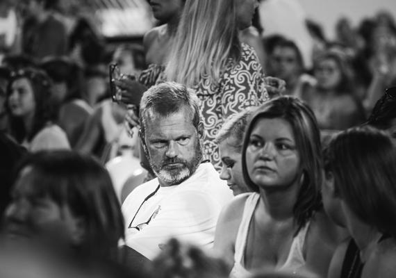 Így fest egy apa, aki elmegy egy One Direction-koncertre, közben pedig azon morfondírozik, miért is engedett a lánya kérésének.