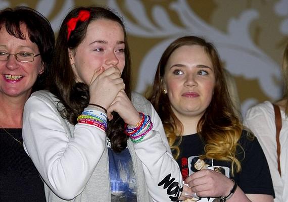 A lányokból álló csoportból többen a könnyeikkel küszködtek.