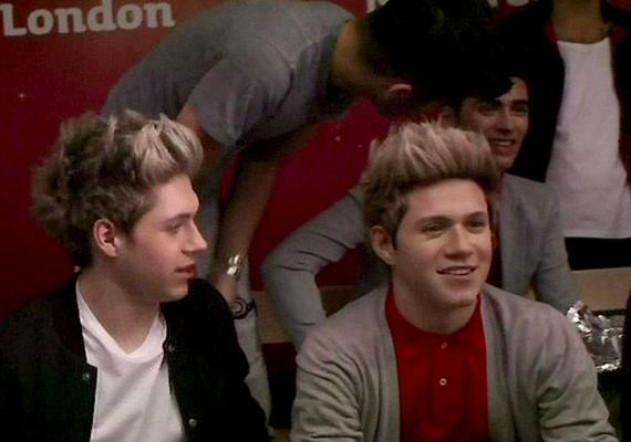 A fiúkMadame Tussaud panoptikumában pózoltak saját viaszbábuikkal. Niall szemmel láthatólag az első pillanatban beleszeretett a róla készült műalkotásba.