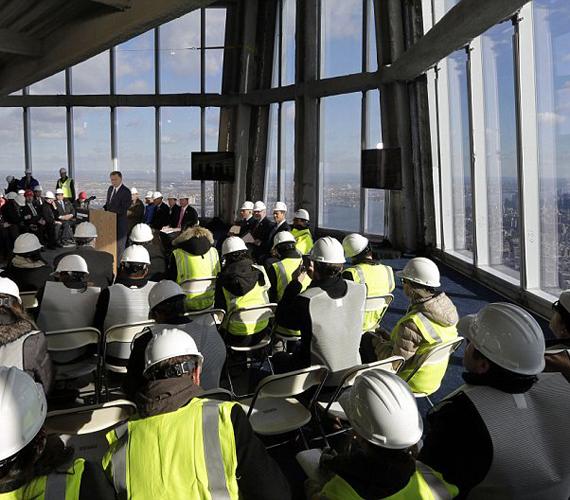 A kilátóba az érdeklődőket a világ leggyorsabb liftje szállítja, ami egy perc alatt ér a századik emeletre. Itt egy csillagvizsgáló is helyet kap.