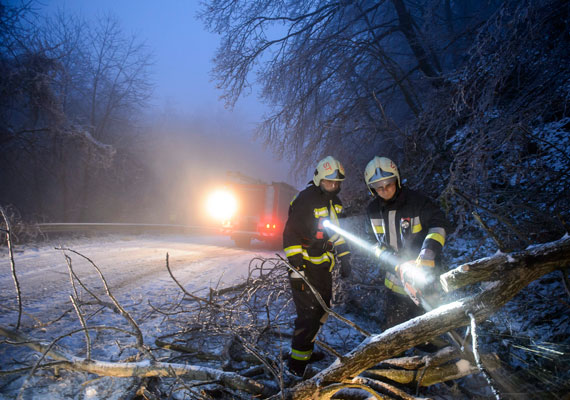 Salgótarján és Rónafalu között kidőlt fák, illetve ágak zárták el az utat. A tűzoltók folyamatosan dolgoznak országszerte a kritikus területeken.