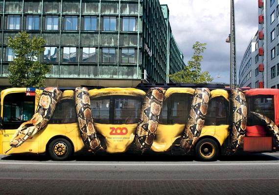 A buszra tekeredett kígyó nagyon élethű.