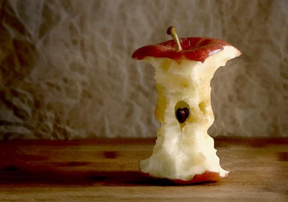 Nézd meg alaposan az almacsutkát! Észreveszel rajta valami furcsát, például két gyerek arcának körvonalait?