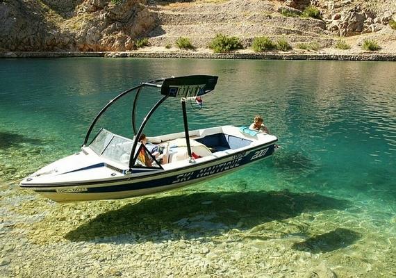 A levegőben lebeg a csónak, vagy csak tiszta a víz?