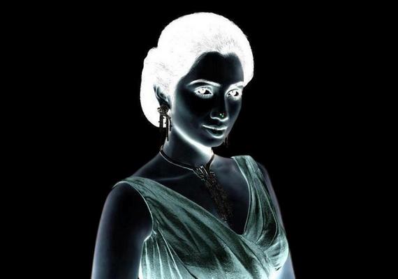 Fókuszálj a nő orrán lévő pontokra 30 másodpercig, majd hirtelen nézz egy üres falfelületre, és pislogj!