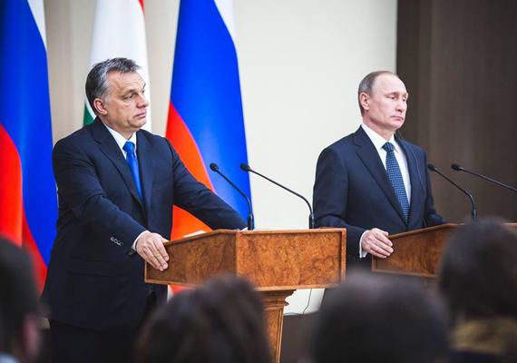 A tárgyalást követően tartott sajtótájékoztatón. Ezen a képen a politikusok nagyon gondterheltnek tűnnek, amit egy kommentelő is megjegyzett Orbán Facebook-oldalán.