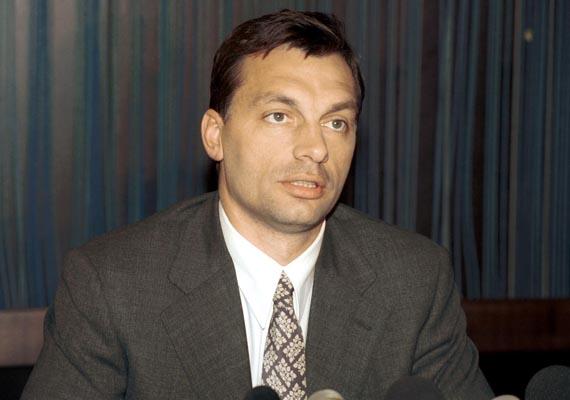 1998: Orbán Viktor a FIDESZ - Magyar Polgári Párt elnöke sajtótájékoztatót tartott Németországból hazatérve a Ferihegyi repülőtér Kormányvárójában.