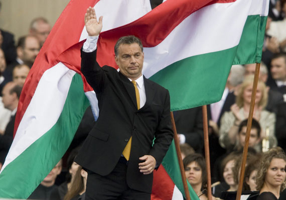 2010: Orbán Viktor miniszterelnök integet a Parlament épülete előtt a Fidesz-KDNP ünnepi nagygyűlésén, miután az Országgyűlés elfogadta a kormányprogramot, és az új Orbán-kabinet letette hivatali esküt.