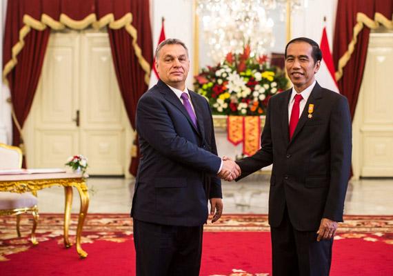 Orbán Viktor büszkén kihúzta magát Joko Widodo indonéz elnök mellett.