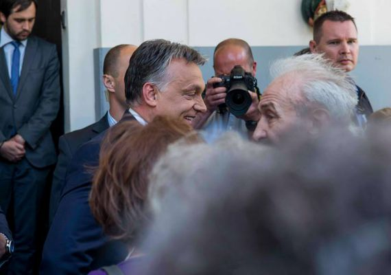 Debrecen régi Fidesz-szavazó város, látszik is Orbánon, mennyire tetszik neki az ott élők üdvözlése.