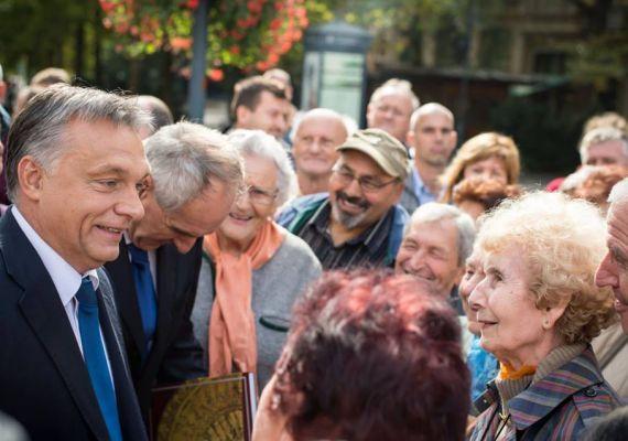 A miniszterelnököt Kaposváron is főleg idősekből álló civil delegáció fogadta, amikor október elején a városban járt. Orbán arcán itt is a szokásos elégedett mosolyt látni.