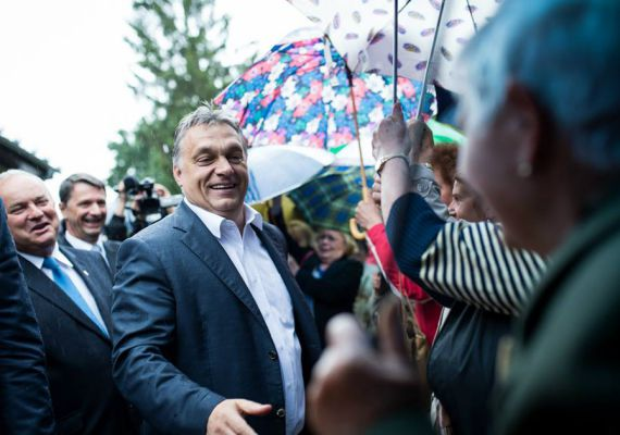 Amikor Orbán Viktor Nagykanizsára látogatott nyár elején, éppen esett az eső - a nyugdíjas rajongókat azonban ez sem tántorította el. Orbán az elemekkel dacolva, széles mosollyal osztogatta a kézfogásokat.