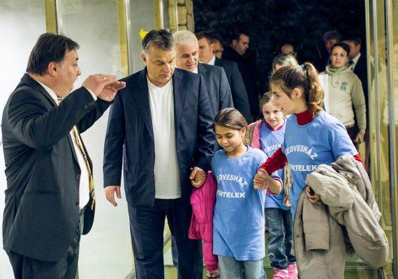 Ha nem nyugdíjasok, akkor gyerekek: november elején Nyíregyházán a nehéz sorsú gyerekeknek létrehozott Kedvesházban járt Orbán Viktor. Lazán, sportosan öltözve fogta kézen az otthon lakóit, és ment el velük az állatkertbe.