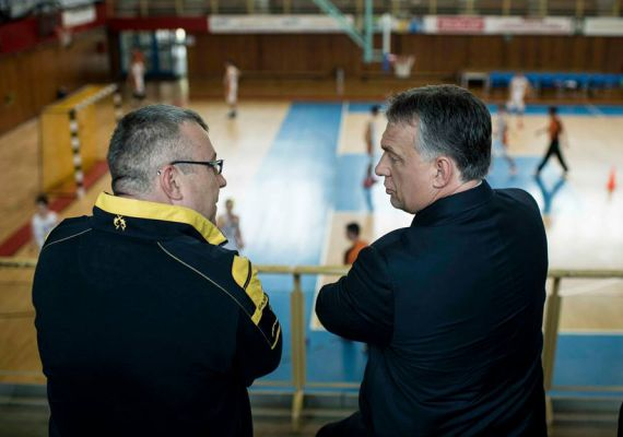 Sportesemény - ahol a miniszterelnök mindig jól érzi magát. Pécsett pedig élénk a sportélet, nem csoda, hogy Orbán helyet is foglalt a sportcsarnok lelátóján, amikor április végén a városban járt.