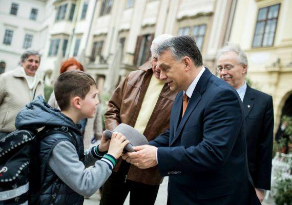 A miniszterelnök a városlátogatási körút első állomásán, Sopronban mosollyal honorálja a kisfiúnak, hogy az levette a kalapját előtte.