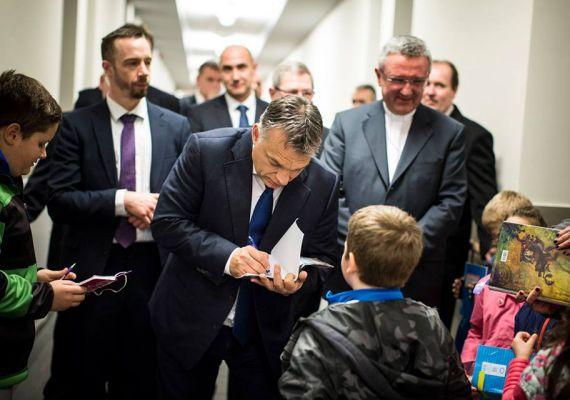 November közepén, Szombathelyen sem hagyta ki Orbán, hogy gyerekek közé mehessen: autogramot is úgy ad a kisfiúnak, akár egy rocksztár.