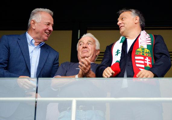 Orbán Viktor édesapjával, Orbán Győzővel - középen - nézte végig a magyar válogatott meccsét az új Fradi-stadionban. Az ifjú Orbán sálat is kapott, és láthatóan önfeledt 90 percben volt része.