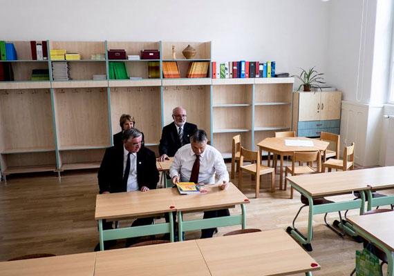 Orbán meglátogatta a felújított Debreceni Református Kollégiumot, ahol ismét kipróbálhatta, milyen az iskolapadban.