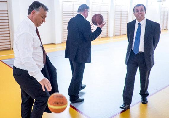 Debrecenben még az egyetemi tanévnyitón is várt rá egy elmondandó beszéd, így a miniszterelnök egy kis sporttal lazított. Ezúttal nem a focit választotta, de a kosaras labdavezetésében sem találni kivetnivalót.