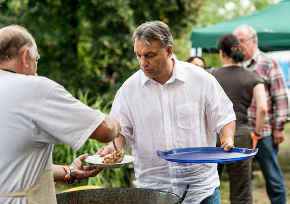 Orbán a 13. kötcsei polgári pikniken beszélgetett párttársaival, kormányának tagjaival. A programok szünetében a bográcsban készült pörköltet is megkóstolta.